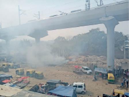 खतरनाक स्तर पर पहुंची दिल्ली की हवा: आंखों में जलन, न कूड़ा जलना रुक रहा न सड़कों की मिट्टी उठ रही 1