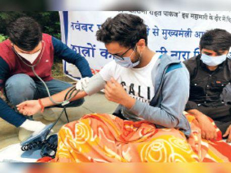 विरोध प्रदर्शन: दो दिन से भूख हड़ताल पर बैठे जीबी पंत कॉलेज के छात्रों का मेडिकल चेकअप 1